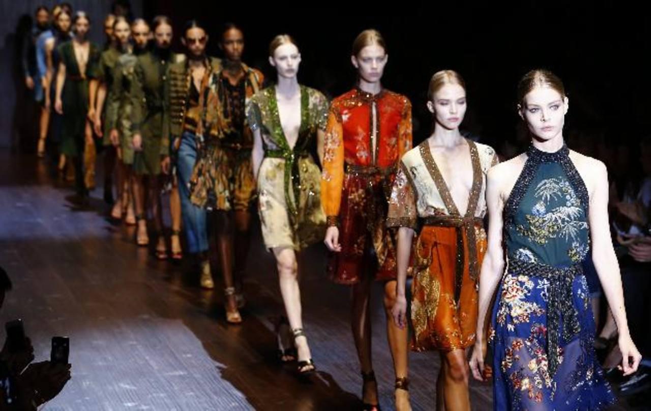 Las modelos desfilan por la pasarela con la colección Gucci Primavera-Verano 2015 durante la Semana de la Moda de Milán.