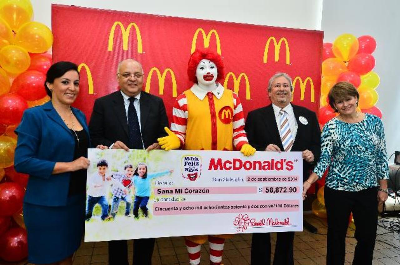 Representantes de Sana mi Corazón y de McDonald's muestran el cheque simbólico. Foto EDH / rené quintanilla