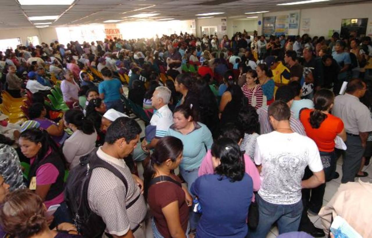 En el hospital nacional Rosales se brindan unas 800 consultas diariamente, es el principal centro de referencia del país. Foto EDH / ARCHIVO.