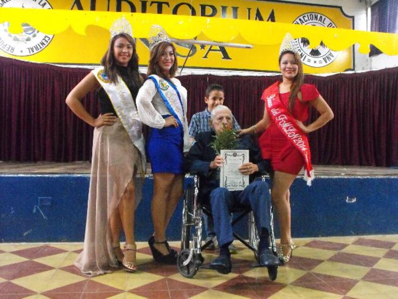 Los alumnos del Instituto Nacional de Santa Ana entregaron los reconocimientos. Foto EDH / Mauricio Guevara