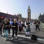 El escocés Anton Doherty tocaba ayer la gaita frente al Big Ben en Londres en festejo por los resultados de la consulta. edh / EFE
