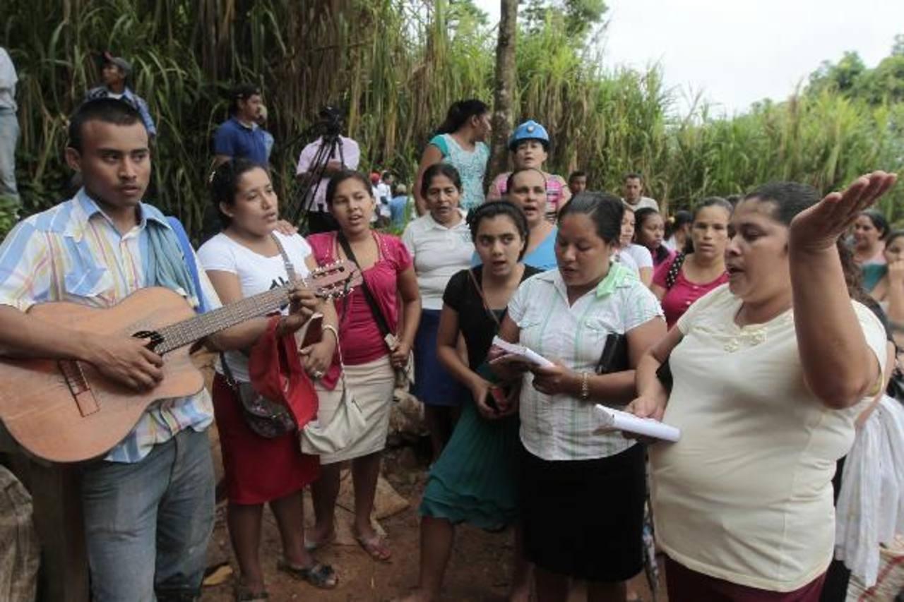 Familiares de los mineros atrapados oran en la comunidad El Comal. foto edh / reuters