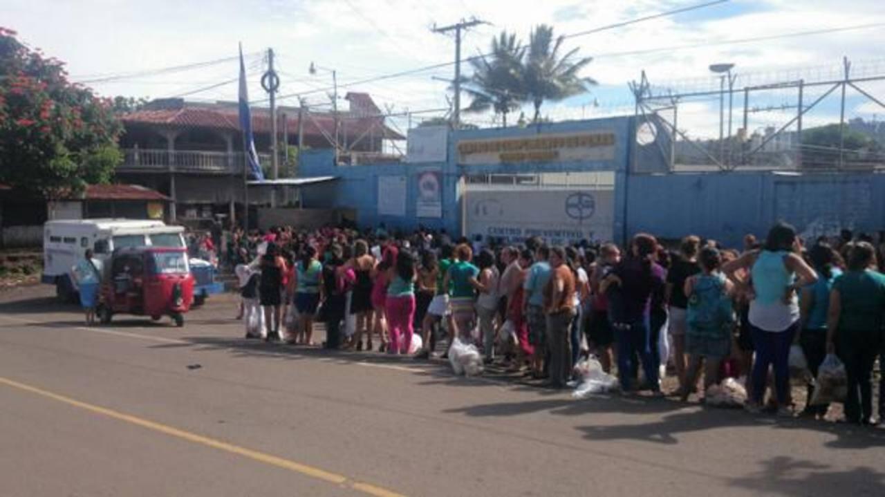 Cientos esperaron para ingresar a cárcel de Ciudad Barrios para celebrar el Día del Privado de Libertad