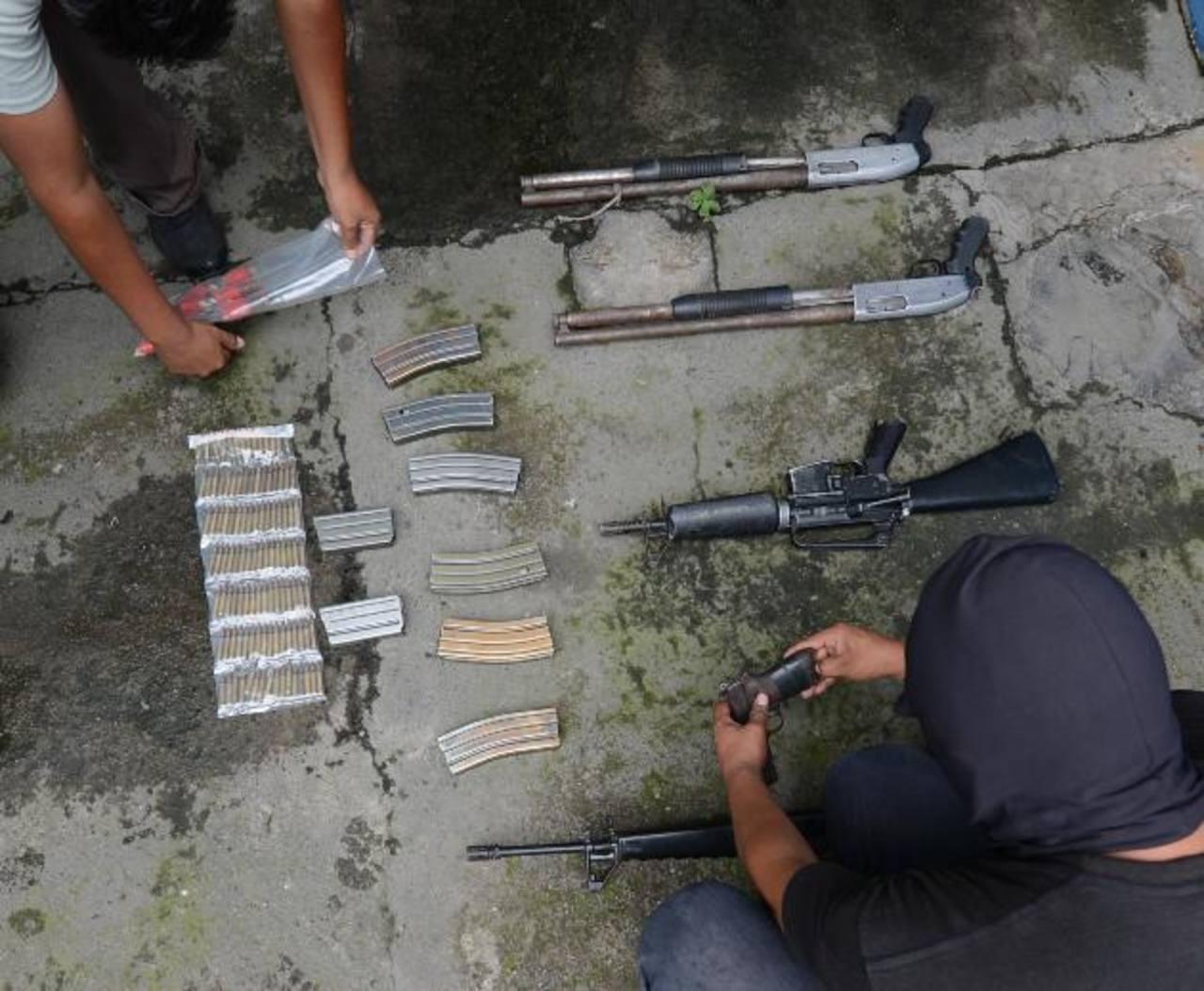 Policía sorprendió a un grupo de sujetos en una finca, carretera al Boquerón, en Quezaltepeque con un lote de armas.