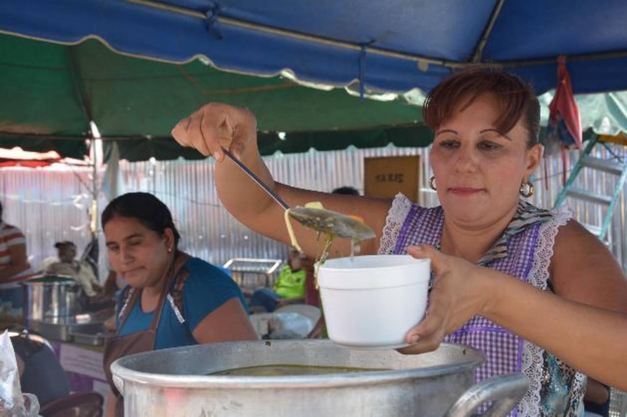 El pollo en pinol fue de los más buscados en el II Festival Gastronómico realizado frente al palacio municipal de Sonsonate. Foto EDH / iris lima