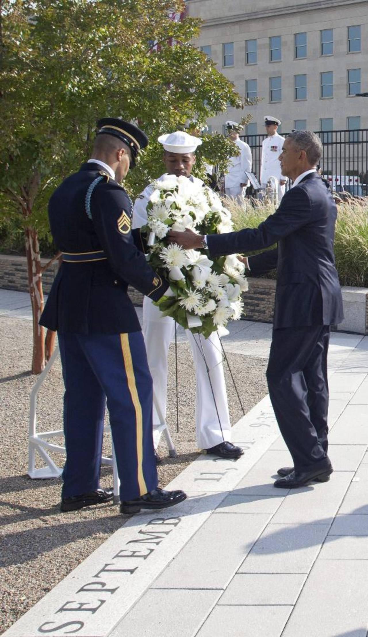 El presidente de Estados Unidos, Barack Obama, coloca una corona de flores en el Pentágono durante un acto celebrado en Washington, en memoria de las víctimas del 11S. fotos edh /EFE