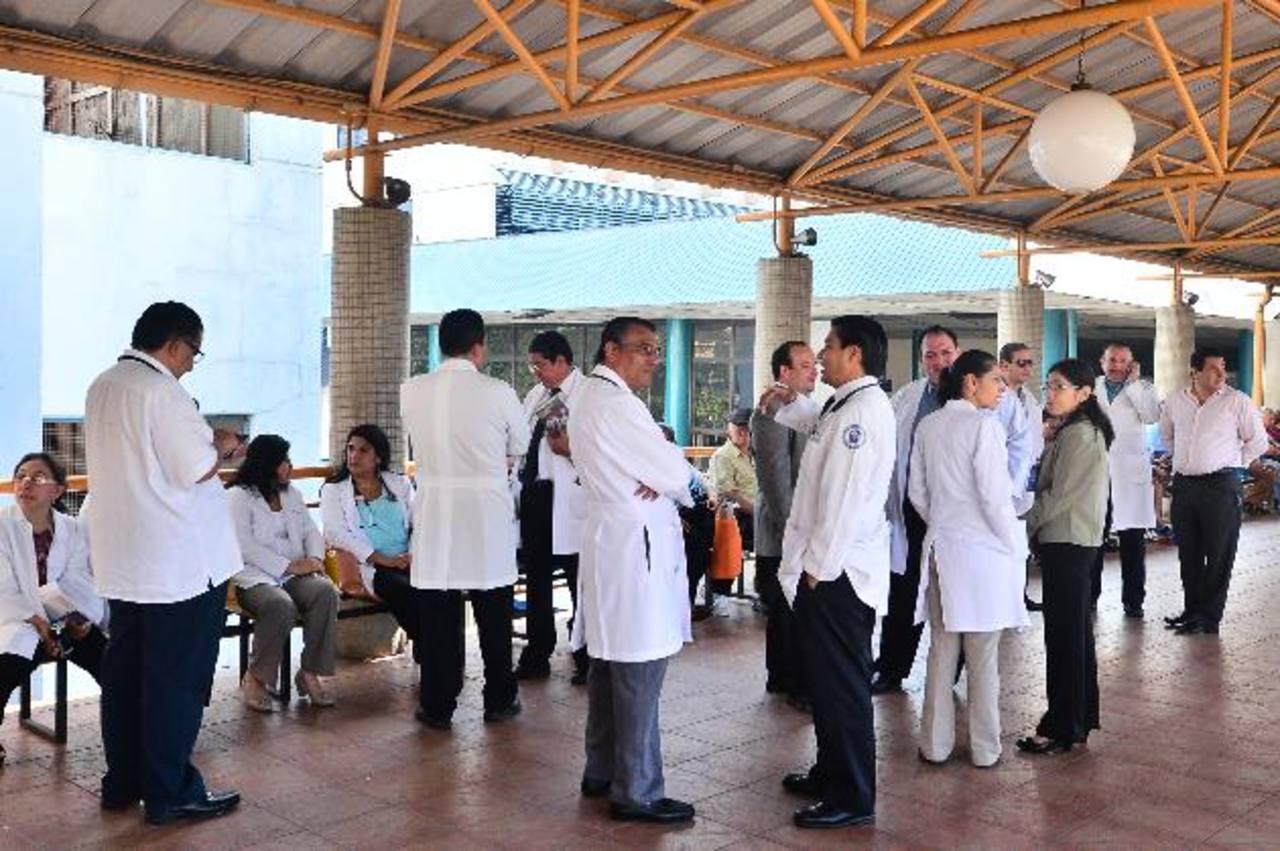 Varios médicos permanecen en uno de los pasillos del Hospital General del Seguro Social, a la espera de la conferencia de Simetrisss. foto edh /rené quintanilla