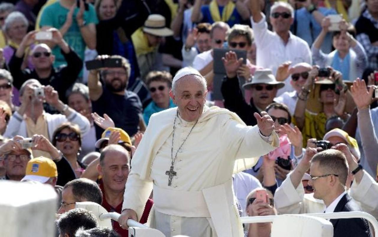 El Papa Francisco saluda ayer a su llegada a la basílica de San Pedro en el Vaticano para presidir la audiencia general. EDH / EFE