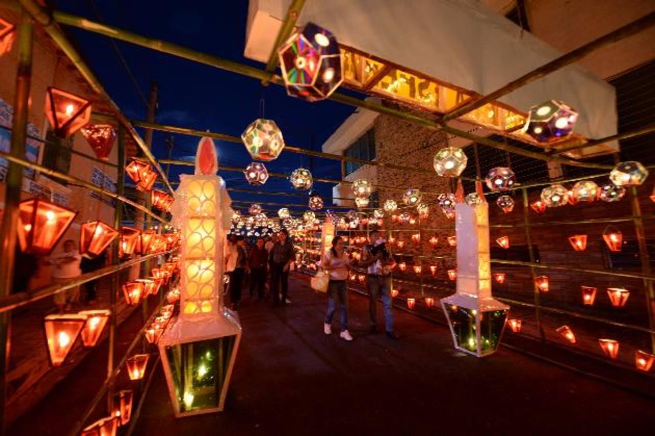 Un año más, la tradición de iluminar con faroles las calles de Ahuachapán se vivió al máximo entre los lugareños y turistas.