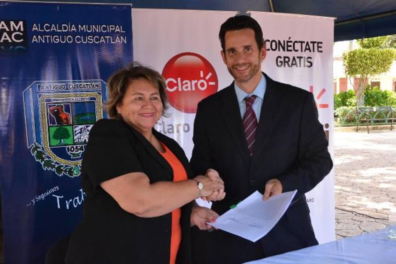 La alcaldesa de Antiguo Cuscatlán, Milagro Navas y el director de Claro, Eric Behner. edh /David R.