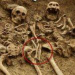Hallan pareja de esqueletos tomada de la mano después de 700 años