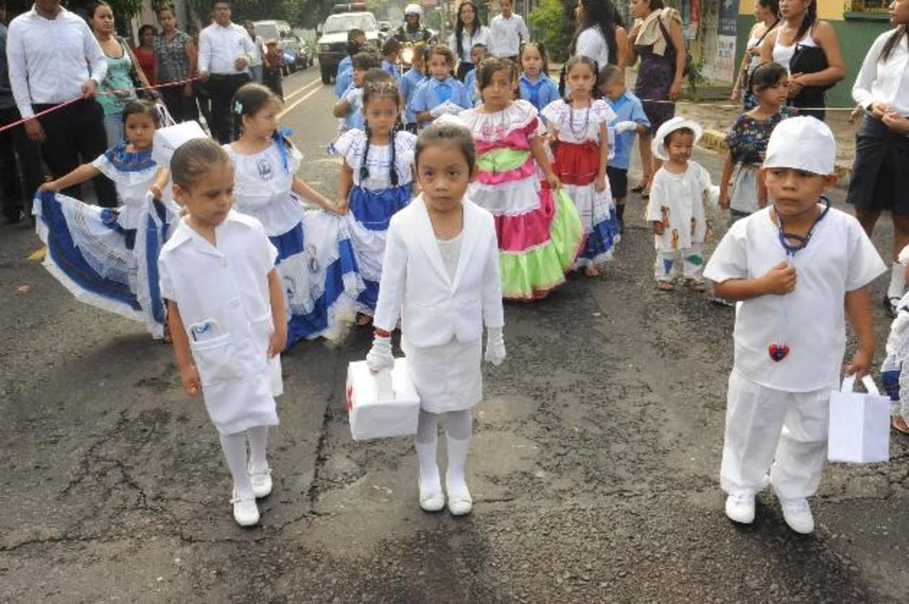 De la Escuela Francisco A. Gamboa, de San Salvador, 65 alumnos de dos secciones participaron usando trajes típicos y representando diversas profesiones. Foto EDH / Lissette Monterrosa