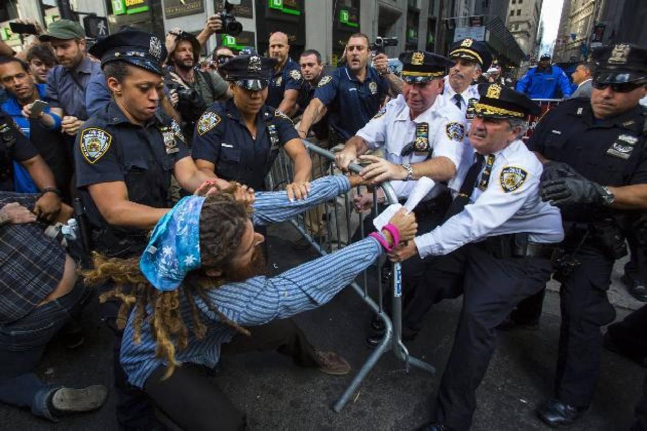 Decenas de personas protestaron por el papel de las corporaciones de Wall Street en el cambio climático. foto edh /efe