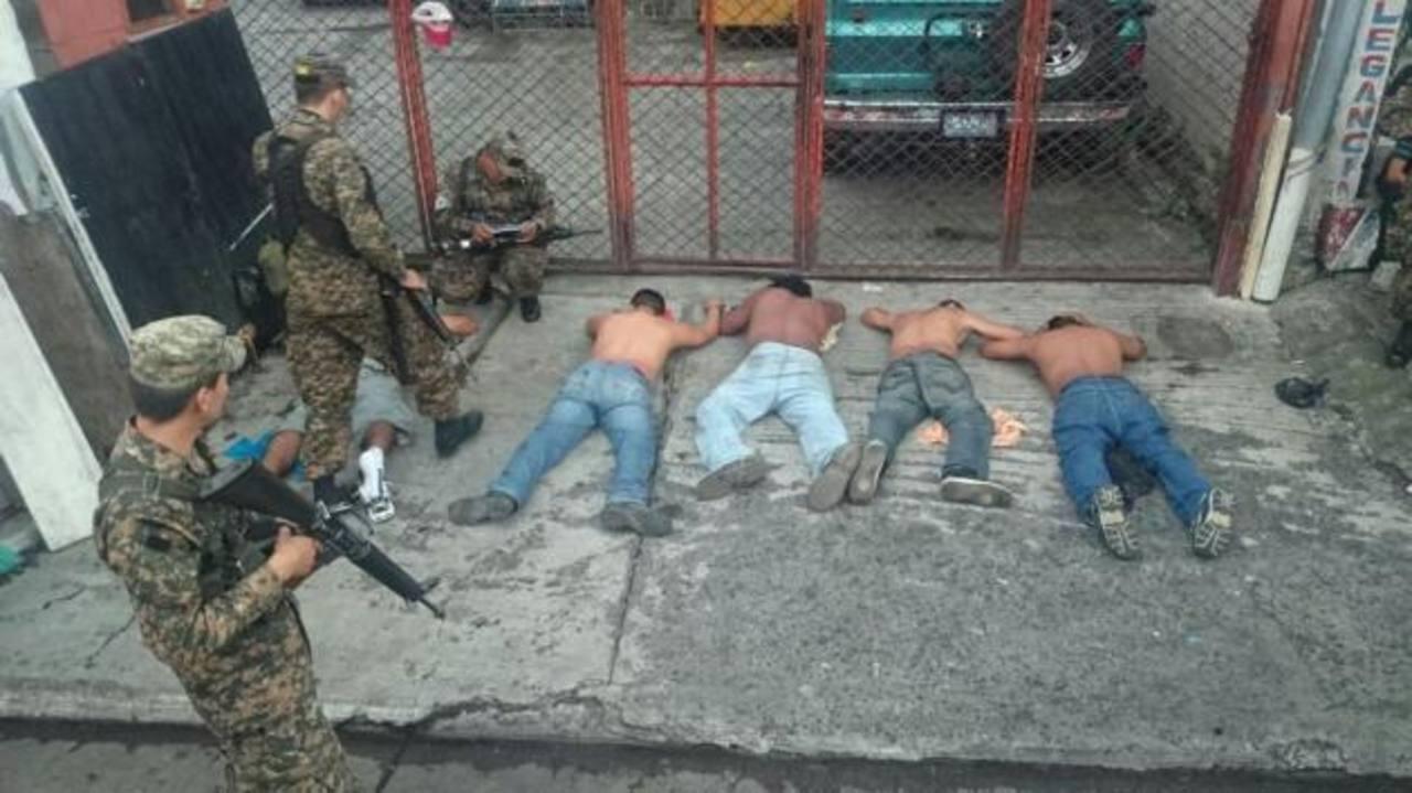 Cuatro hombres fueron capturados por militares.