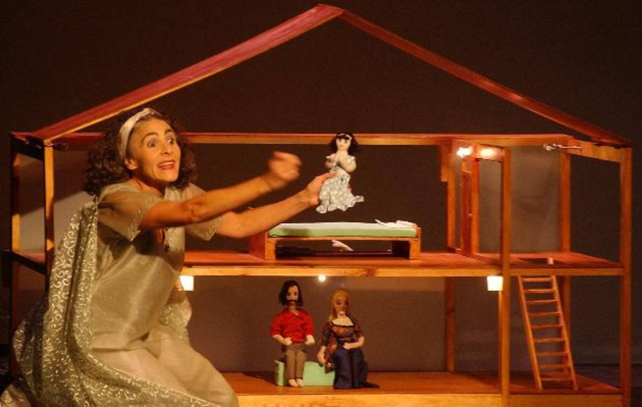 La actriz Naara Salomón realiza un papel majestuoso al interpretar a todos los personajes de la obra: Angélica (niña víctima de abuso), el Ángel de la Guarda, entre otros. foto EDH/ archivo.