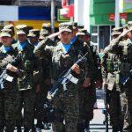 Militares y miembros de la banda Regimental de la Tercera Brigada de Infantería se presentaron en el evento de inauguración del Mes Cívico en el parque Guzmán.