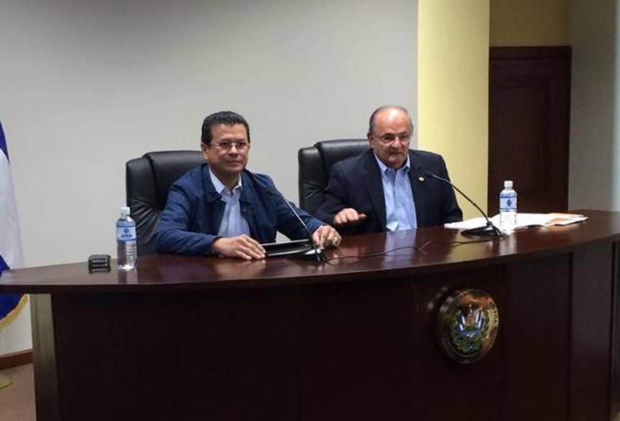 En la imagen, de izquierda a derecha, Hugo Martínez, canciller de la República y Hato Hasbún, Secretario de Gobernabilidad y Comunicaciones . Foto EDH/ cortesía