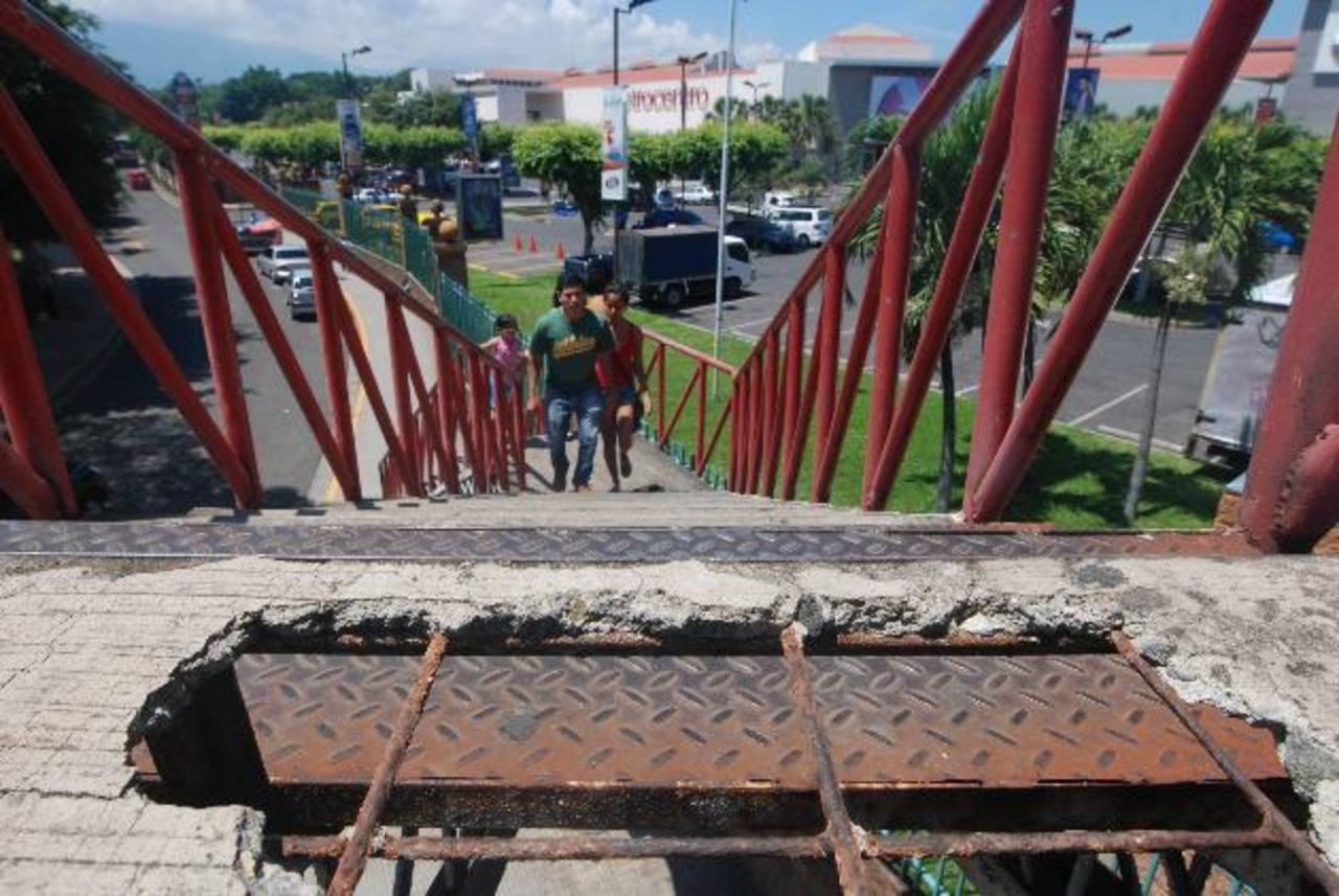 Usuarios deben tener cuidado de no poner el pie en una de las gradas que ya no cuenta con cemento. Foto EDH /CRISTIAN DÍAZ.
