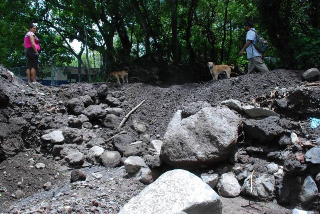 La nueva quebrada pasa a escasos metros de una escuela, cientos de niños cruzan a diario por la zona que ahora es vulnerable. foto edh / lucinda quintanilla.