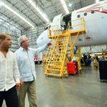 Óscar Ortiz, vicepresidente, y Roberto Kriete, presidente de Avianca en el anuncio de expansión. Foto EDH / René Quintanilla