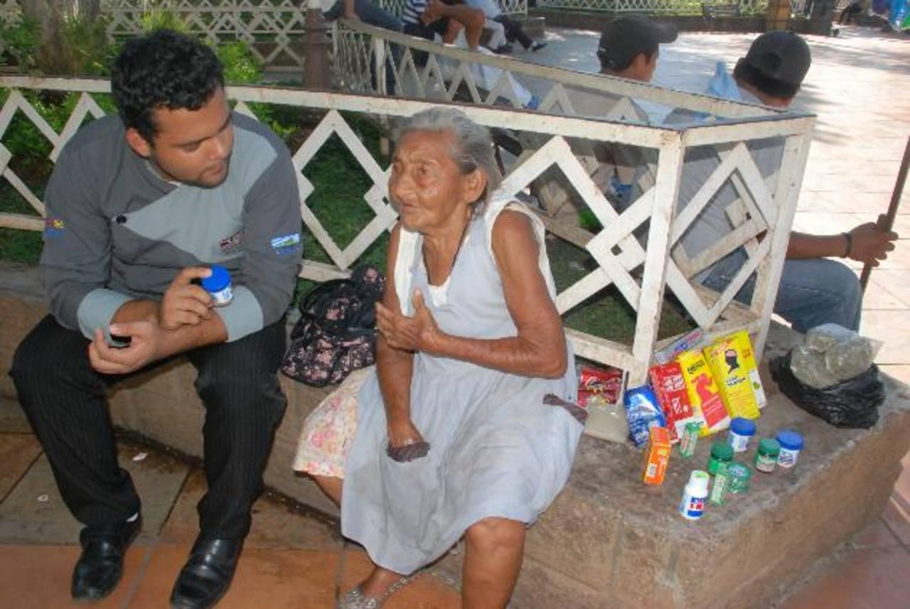 Sus 93 años no le impiden seguir trabajando y lo hace con esfuerzo y buen ánimo. Foto EDH / Insy Mendoza