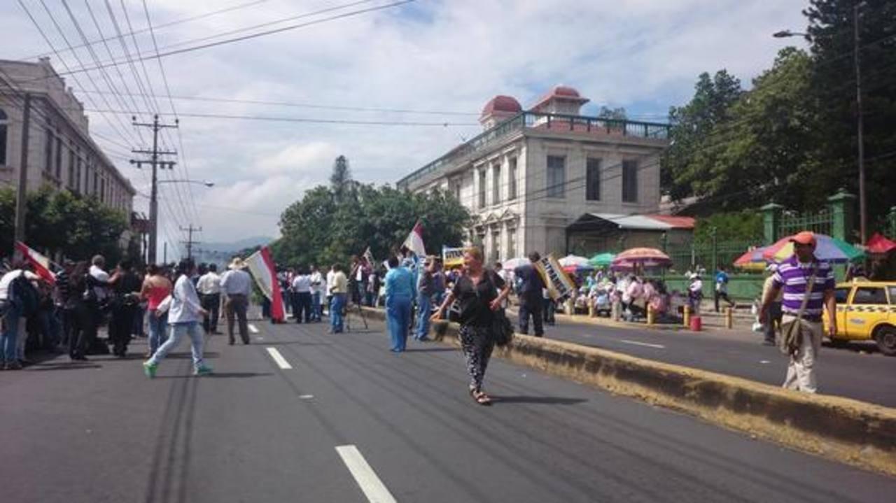 Sindicalistas bloquearon calle frente al hospital Rosales