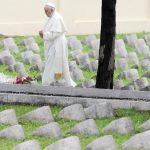 El Papa Francisco durante su visita al cementerio austro-húngaro en Fogliano Redipuglia, noreste de Italia para orar y rendir un homenaje a los caídos en el campo de batalla durante la Primera Mundial.