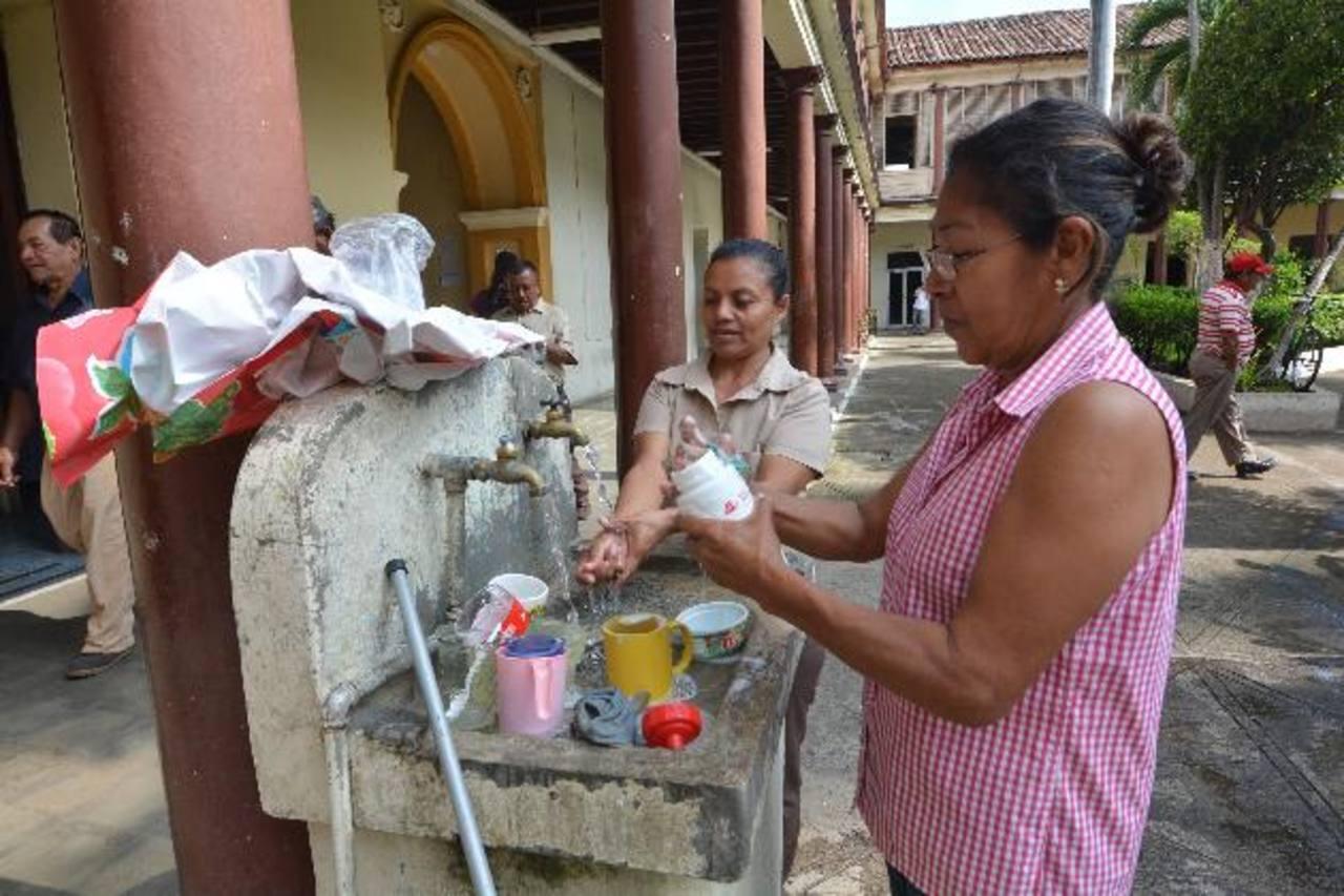 Las actividades se comenzaron a normalizar ayer con el servicio de agua. Foto EDH / CRISTIAN DÍAZ