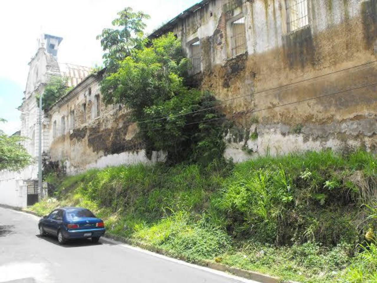 Peatones y automovilistas que transitan por la zona consideran que el deterioro del muro es un riesgo permanente. Foto EDH / Mauricio Guevara