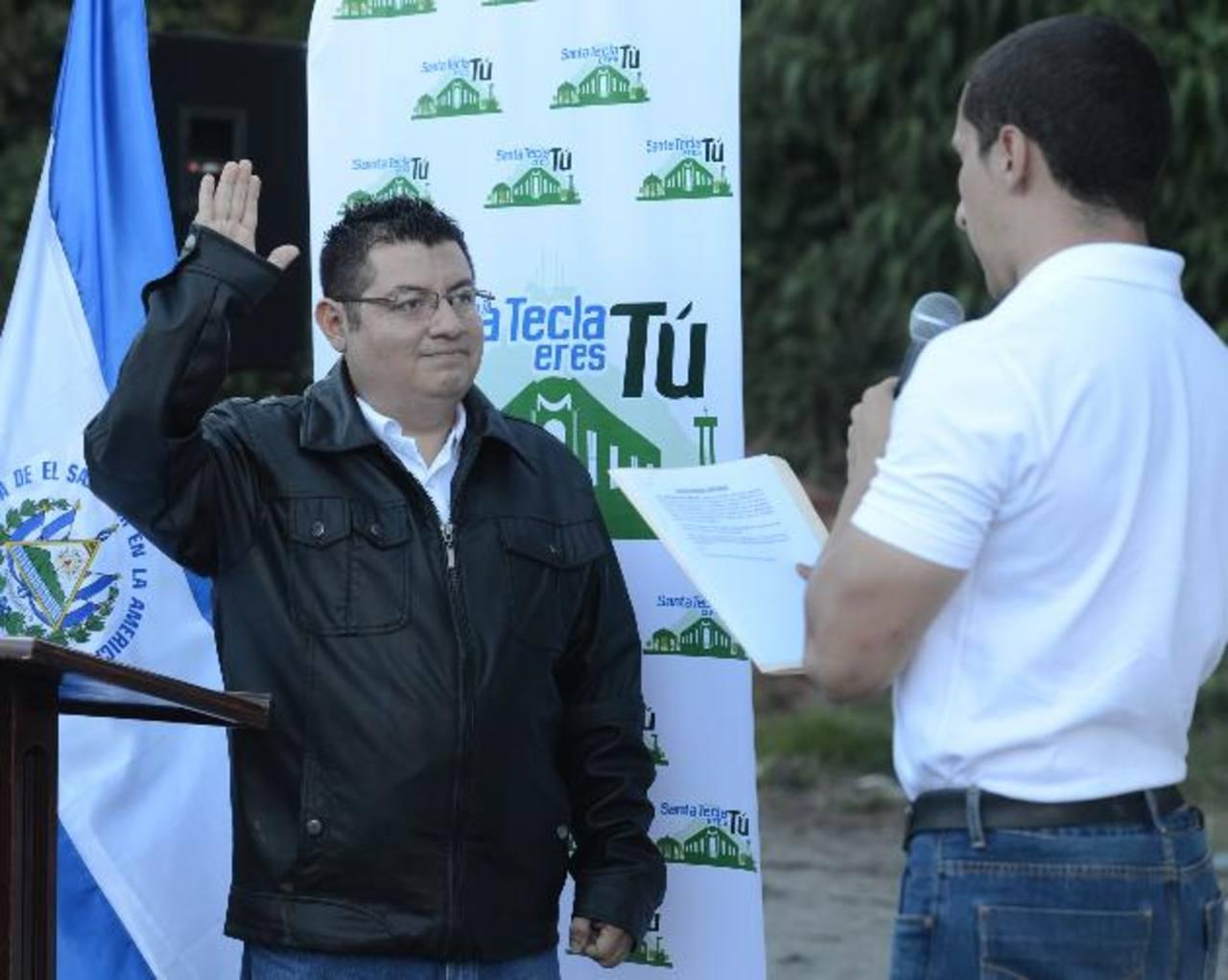 Émerson Pinto juramentó como aspirante a alcalde por Nueva San Salvador, comprometiéndose a servir a la sociedad.