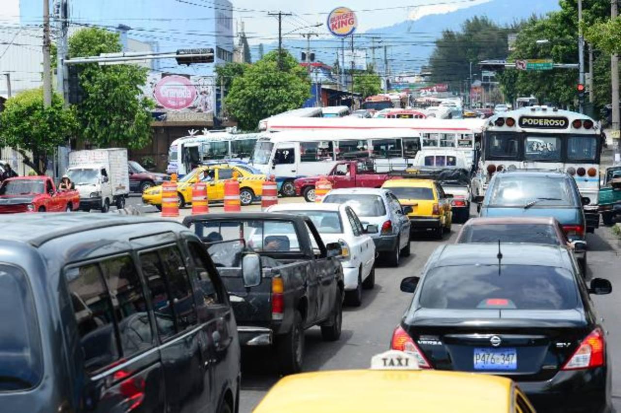 Pese al cierre de calles para realizar los trabajos de señalización, no hubo presencia de gestores de tráfico ni de la policía de Tránsito.