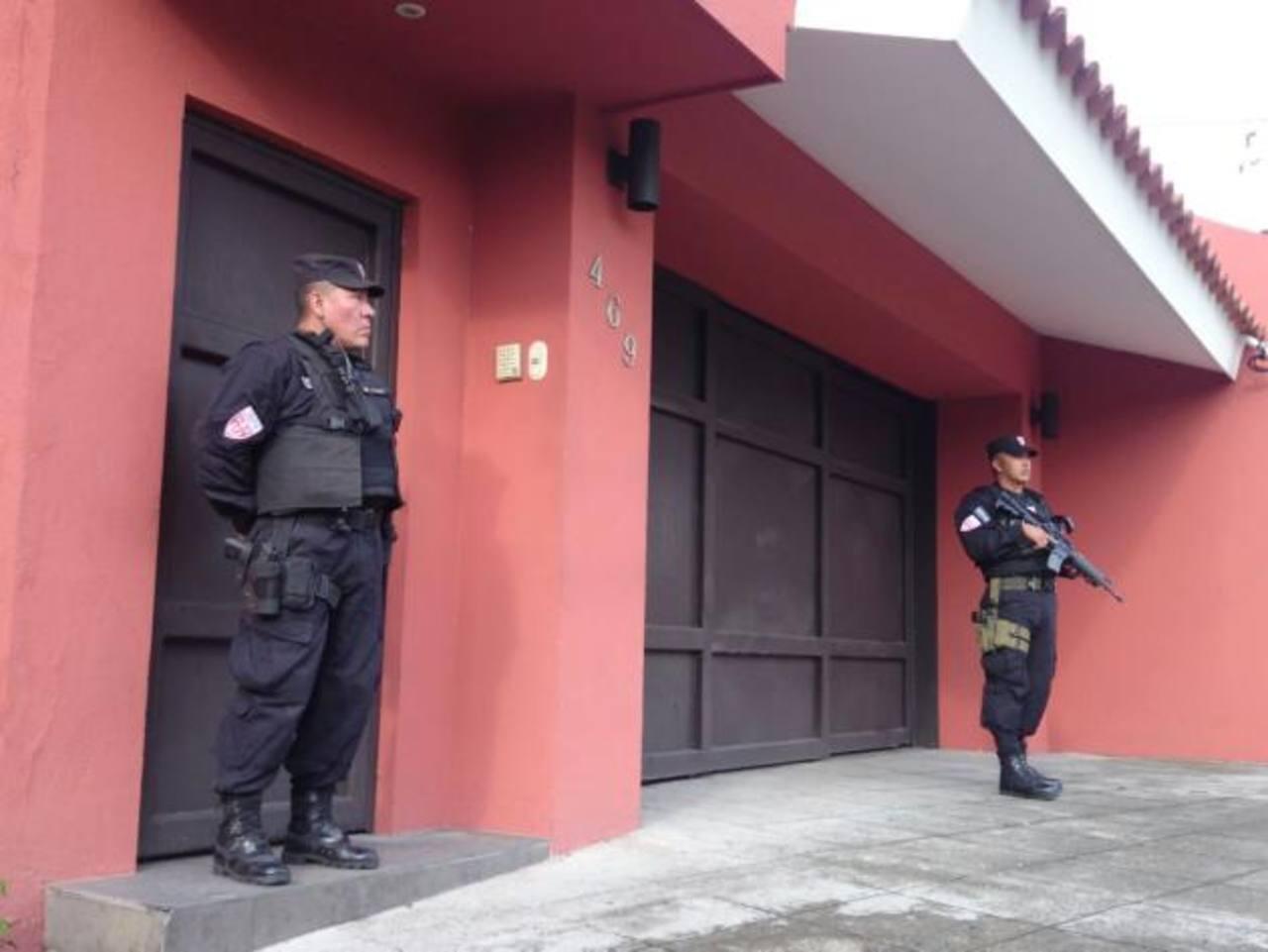Policías custodian la residencia del exmandatario
