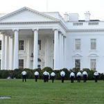 Oficiales del Servicio Secreto caminan en el jardín de la Casa Blanca en Washington.