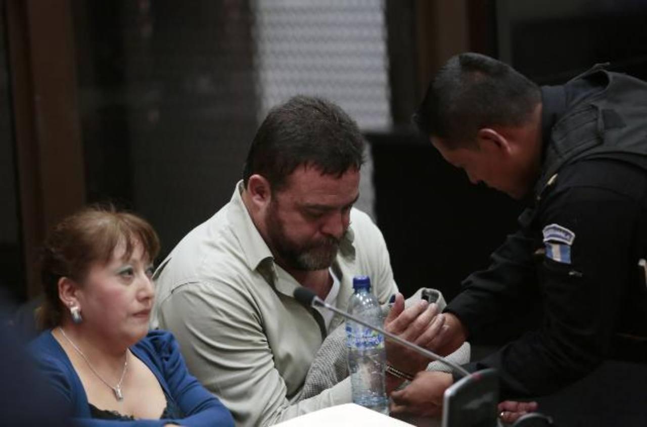 El director del Sistema Penitenciario de Guatemala, Edgar Camargo (c), fue capturado ayer en medio de un gran operativo policial que incluyó más de una decena de allanamientos. foto edh / reuters