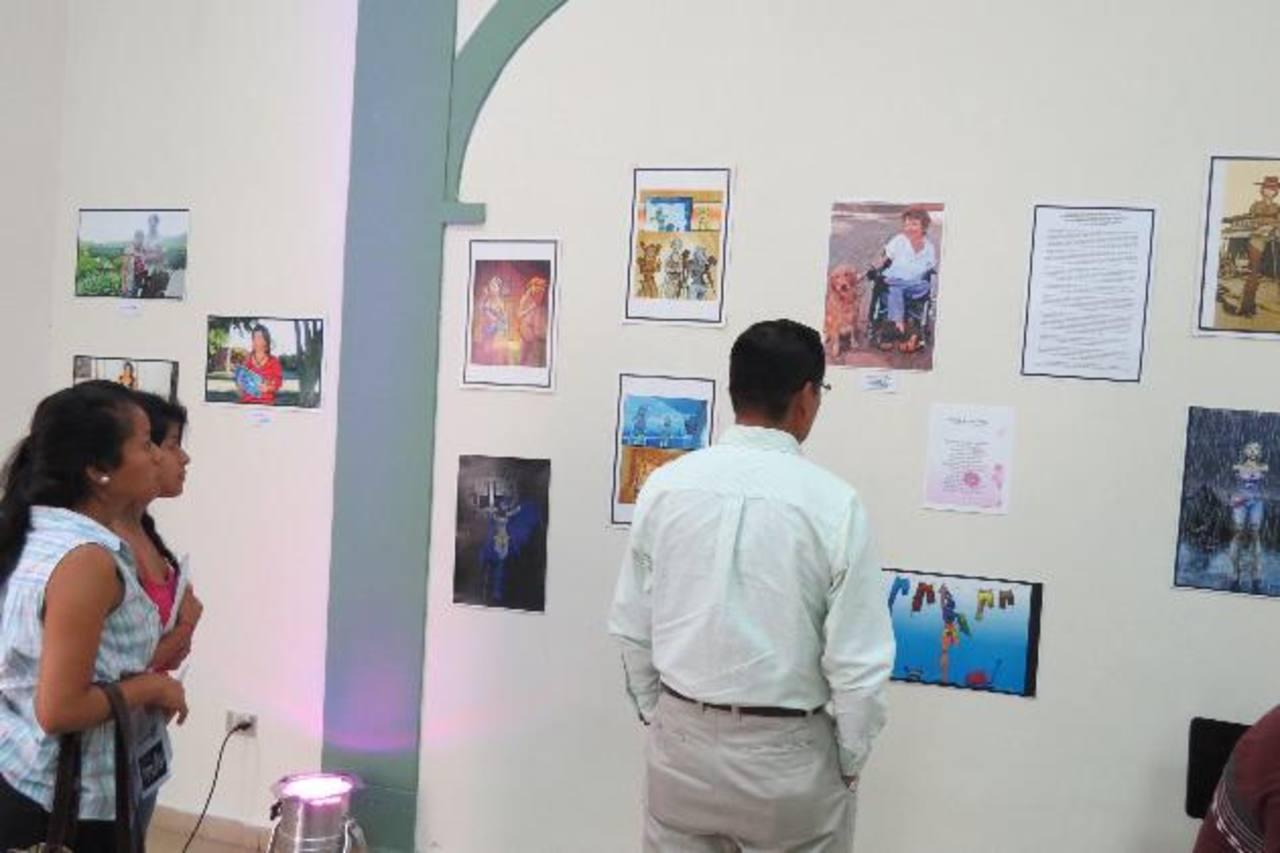 Las pinturas y fotografías están expuestas en el Centro para la Cultura y las Artes Dr. Alfredo Espino, de la ciudad de Ahuachapán. Foto EDH / Roberto Zambrano.