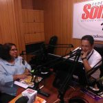 Yanira Argueta, presidente del ISDEMU, es entrevistada por el periodista René Alvarenga.