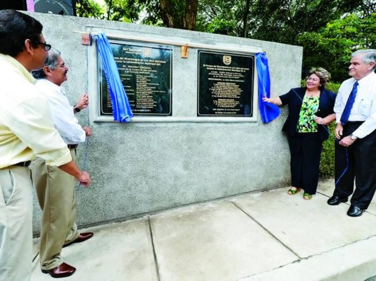 Los ediles Norman Quijano y Milagro Navas develaron la placa . Fotos EDH/ mauricio Cáceres