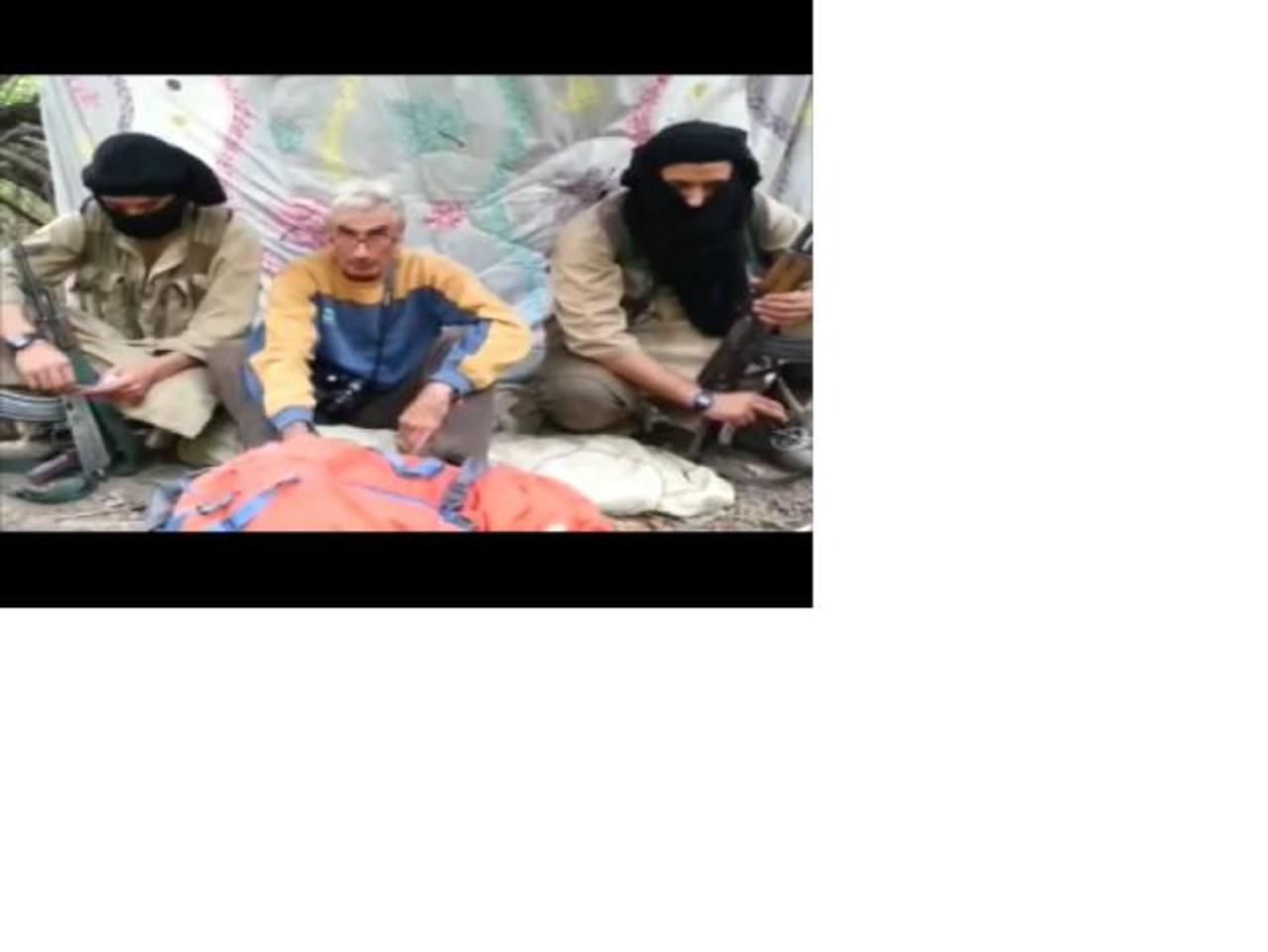El rehén francés Hervé Gourdel aparece en un vídeo acompañado por dos terroristas encapuchados y armados. foto edh / internet