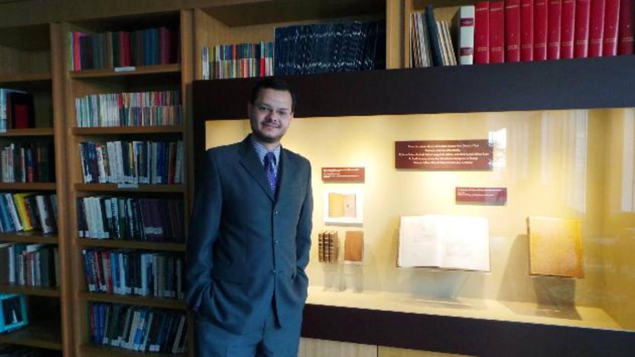 Sede del centro de investigaciones, en Washington DC.El analista aparece a la par de la primera edición de La Riqueza de las Naciones, de Adam Smith.