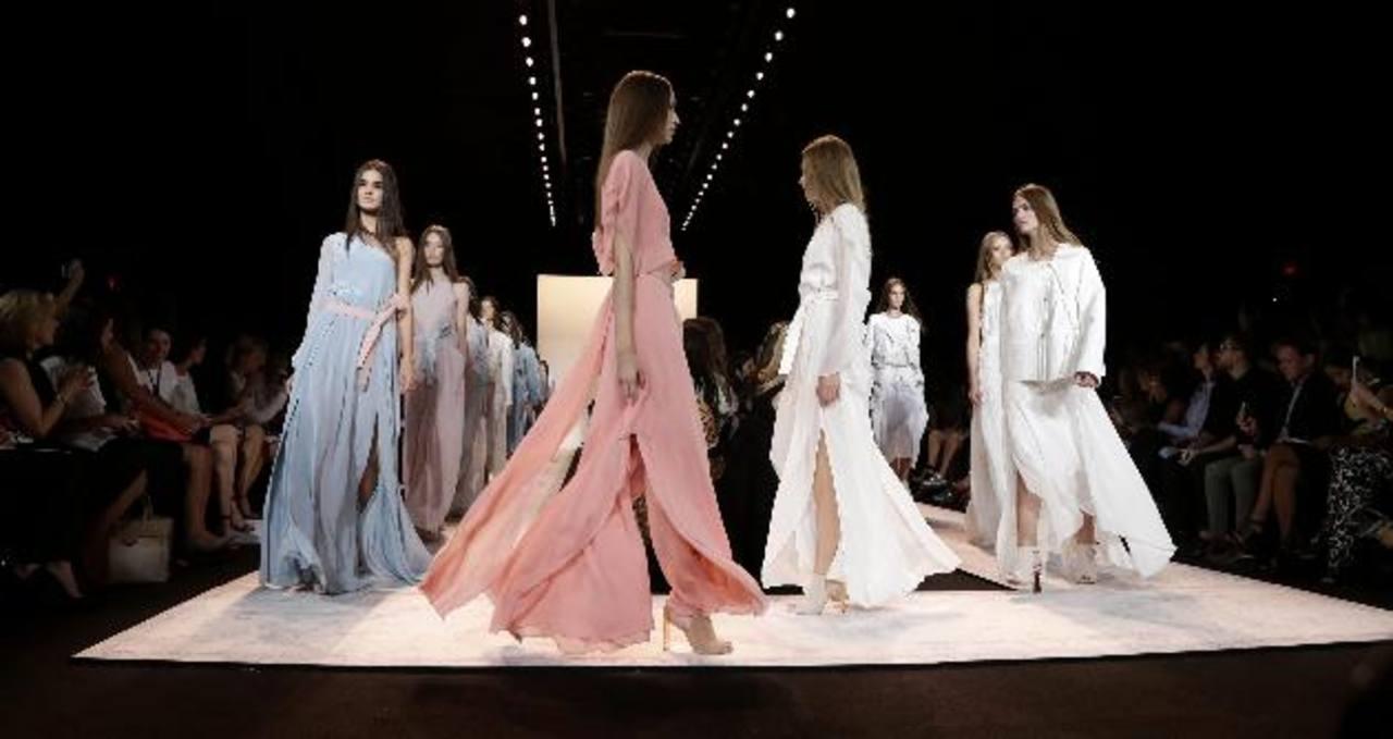 Un verano decolorado abrió la Semana de la Moda en NY
