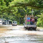 Las intensas tormentas causaron que el río Grande de San Miguel se desbordara sobre la carretera Litoral.