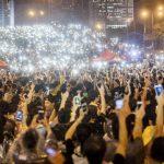 Miles de jóvenes hongkoneses se manifestaban ayer a favor de la democracia frente a un edificio gubernamental, en Hong Kong, en la víspera del Día Nacional de China. foto edh / EFE