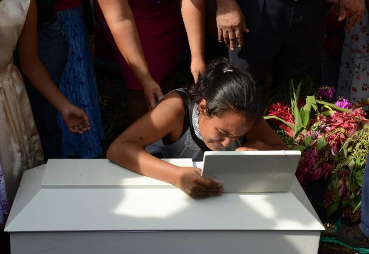 Morena Guadalupe, de 20 años, rompe en llanto frente al féretro de su hija, Dariana Alexandra, quien murió a causa de los golpes que le realizó su padre el 28 de agosto pasado en el cantón Los Lagartos, en Sonsonate. Fotos EDH / Lissette Lemus.