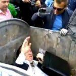 Manifestantes en Ucrania arrojan a un diputado a un contenedor de basura