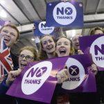 """Partidarios del """"No"""" a la independencia celebraron el viernes el resultado del referéndum en Edimburgo, en el que el rechazo a la separación del Reino Unido ganó por diez puntos a los que sí querían cambiar más de 300 años de historia. foto edh / arc"""