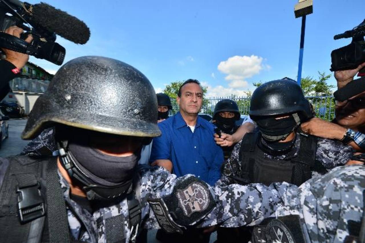 Policías del Grupo de Reacción Especial trasladan a diputado de los Juzgados de San Salvador a las bartolinas de la División Antinarcóticos. Foto EDH / René Quintanilla.