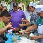Doña Hilda Martínez, de 67 años, es quien elabora las famosas minutas de loroco y aguacate. Ayer, durante el festival, la venta fue espectacular. Foto EDH / Iris Lima