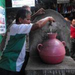Como los puestos no tienen agua, los comerciantes tienen que abastecerse de chorros públicos dentro del mercado.