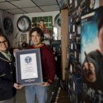 Johanna Hessling, de Guinness World Records, le entrega a Menahem Asher Silva su certificado.