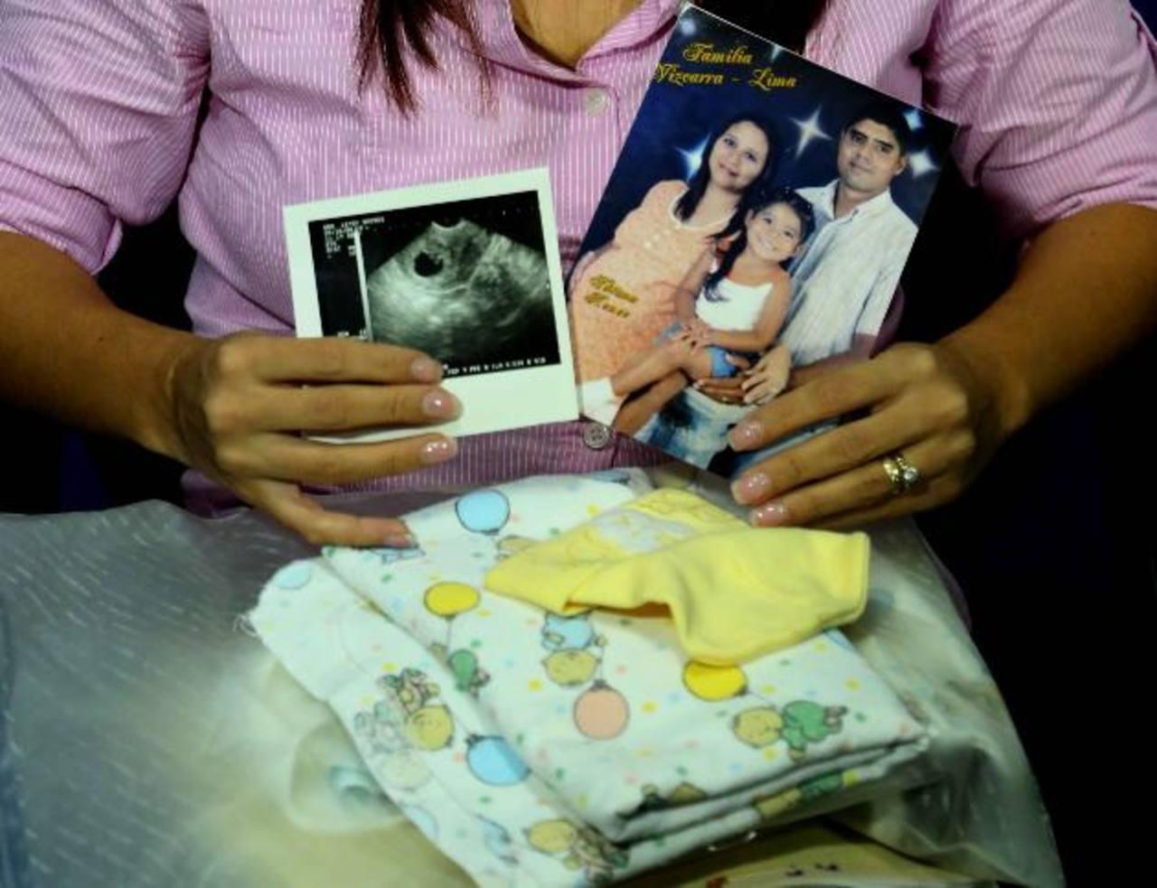 Carmen de Vizcarra conserva fotografías de su embarazo, ropa y las ultrasonografías. Foto EDH / mario amaya